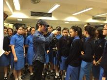 藝術家兼新聞工作者王偉健教導學生們製作錄像。