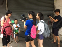 兩位參加計劃的學生走出課室,與土瓜灣街坊進行錄影訪問。