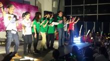 沈祖堯校長在和聲書院迎新營晚會上帶領全場大合唱。