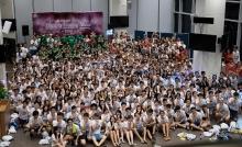 沈祖堯校長、和聲書院院長劉允怡教授及書院學生輔導長許世全教授與三百名新生合照。