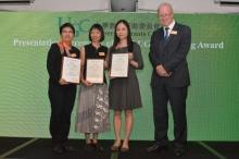 (左起)梁美儀教授、趙茱莉博士及王永雄博士夫人獲2016年教資會傑出教學獎評審委員會主席Adrian K. Dixon教授頒發獎狀。
