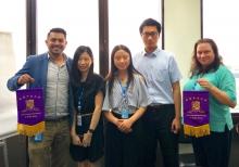 中大实习生致送纪念旗予UNESCAP的实习部门。