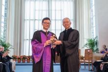 崇基學院校董會主席李國星先生(右)代表學院將學院印鑑頒授予院長方永平教授。