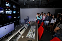 Students visit the professional studio of the School of Journalism and Communication.
