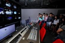 学生参观新闻与传播学院的专业设备。