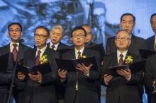多位崇基老師及校友在台上合唱,表現崇基人的團結精神。