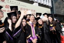 沈祖堯校長與畢業生分享喜悅。