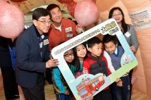 (左起)高永文局长、沈祖尧校长及陈载英女士与小朋友参观模拟大肠充气模型,了解各种大肠疾病。
