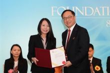 The Honourable Mr. Nicholas Yang, Secretary for Innovation and Technology of the HKSAR Government (right), presents the Croucher Innovation Award 2017 to Prof. Kathy Lui.