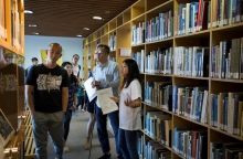 A student docent introducing the Architecture Library to a group of visitors.