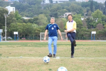 中大校長沈祖堯教授(右)及港大校長馬斐森教授主持開球禮。