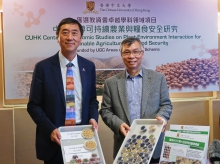 Prof. Joseph J.Y. Sung (left), Vice-Chancellor of CUHK, congratulates Prof Hon-ming Lam on his achievement in agricultural research.