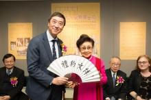 Prof. Joseph Sung presents a souvenir to Dr. Pak Suet Sin.
