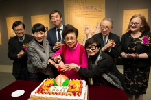 The guests congratulate Dr. Pak Suet Sin on her birthday.