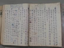 《再世紅梅記》泥印本,左邊為任姐所用,右邊為仙姐所用,各以不同符號在自己的對白上作標記。