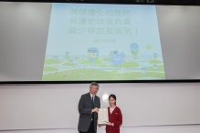 Prof. Tung Fung, Associate Vice-President of CUHK, presents the award certificate to the winner of the GAIA Slogan Contest.