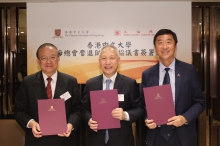 Prof. Joseph Jao-Yiu SUNG, Vice-Chancellor and President of CUHK (right), Prof. Joseph Wan-yee Lau, Master of Lee Woo Sing College (left) and Mr. William Tak-Lun LEE, President of Shanghai Fraternity Association Hong Kong Limited sign a MOU on establishing Shanghai Fraternity Association Diligence Bursaries.