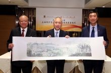 Prof. Joseph Jao-Yiu SUNG, Vice-Chancellor and President of CUHK (right), Prof. Joseph Wan-yee Lau, Master of Lee Woo Sing College (left) present a landscape painting of CUHK to Mr. William Tak-Lun LEE, President of Shanghai Fraternity Association Hong Kong Limited.