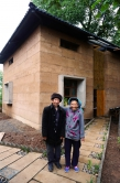 Mr. and Mrs. Yang are both happy with the new house.