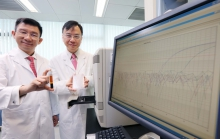 中大研究確定透過分析血漿內EB病毒DNA,可在尚未有病徵前及早診斷出鼻咽癌。圖為中大李嘉誠健康科學研究所所長盧煜明教授(右)及醫學院化學病理學系陳君賜教授。