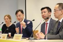 盧煜明教授(左二)表示,即使腫瘤的體積細小,其釋放於血漿內的EB病毒DNA濃度亦足以透過高靈敏度的技術檢測得到,從而找出極早期的癌症。