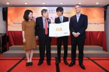 中大物理系學生製作生日卡送予楊教授,同時慶祝楊教授獲頒諾貝爾獎60周年。