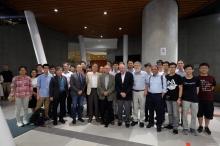 雷納·韋斯教授 (前排左四)及基普·索恩教授 (前排左五) 於2016年到訪中大,與中大物理系助理教授黎冠峰教授 (前排左二) 及中大物理系成員合照。