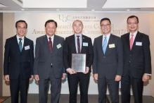 教育局局長楊潤雄(右二)祝賀黎冠峰教授(中)獲得傑出青年學者獎。