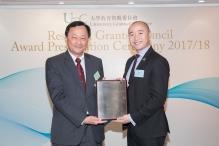 研究資助局主席兼中大常務副校長華雲生教授(左)頒發傑出青年學者計劃獎狀予黎冠峰教授。