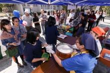 同學及教職員自備器皿盛載由大會提供的豆腐花和奶茶。