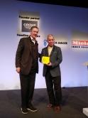 世界建築節起級評審團成員James TIMBERLAKE先生(左)頒授「新與舊」組別獎予吳恩融教授。