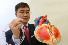 Prof. Hongsoo CHOI (right), Director of the Bio-Micro Robotics Lab, Department of Robotic Engineering, DGIST demonstrates a guidewire-based microrobot which may be used for a robot-assisted percutaneous coronary intervention procedure