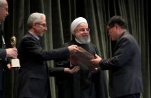 王建方教授(右一)獲伊朗總統魯哈尼(右二)頒發花剌子模國際科學獎。