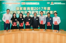 陳寶生先生(右四)頒授證書予姜里文教授(左四)及其團隊。