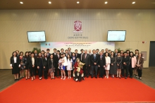 A group photo of Madam Chong's family members, university members, college affiliates, guests and students.