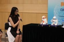 """NEC的新型社交機械人""""HUMANE""""能夠說廣東話及做出臉部表情,與學童進行互動溝通。它亦設有多個感應器,可以記錄和分析學童說話內容和身體語言,並即時指導正確的社交技巧。"""