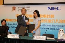 中大教育學院院長梁湘明教授(中)與NECHK董事總經理黃玉娟女士(右)簽署社交機械人自閉症介入治療計劃合作備忘錄。