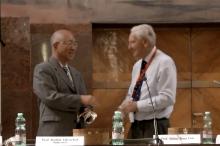 New Zealand physicist Roy Kerr (right) presented the Marcel Grossmann Award to Prof. Yau Shing-tung.