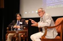 尚-盧.普吉博士(右)與中大物理系助理教授李華白教授。