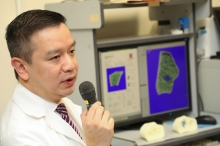 Professor Patrick YUNG, Chairman of the Department of Orthopaedics and Traumatology of the Faculty of Medicine at CUHK explains that HR-pQCT can perform precise analysis of the bone micro-architecture, thereby developing early diagnosis of osteoporosis.