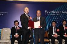 香港特別行政區政府政務司司長張建宗先生(右)頒授裘槎前瞻科研大獎2018予黎冠峰教授。
