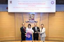 殷巧兒主席及余濟美院長致送紀念品予蔡冠深博士及蔡關穎琴女士。
