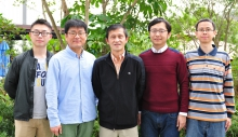 由中大生命科學學院姜里文教授(中)領導的研究團隊揭示了植物细胞中液泡起源的奥秘。左起:曹文瀚、姜秉昊教授、姜里文教授、崔勇博士及何藝林。