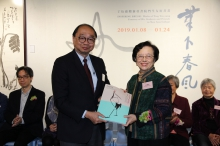 Prof. Henry Wong, Head of New Asia College, CUHK presents a souvenir to donors' representative, Prof. Mayching Kao, Honorary Fellow of CUHK, Honorary Fellow of New Asia College and Former Director of the Art Museum, CUHK.
