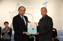Prof. Henry Wong, Head of New Asia College, CUHK presents a souvenir to Prof. Lee Yun-woon, former Chair of the Department of Fine Arts, CUHK.