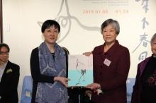 Prof. Xu Xiaodong, Associate Director of the Art Museum, CUHK presents a souvenir to Ting Lan-sai, a daughter of Ting Yin-yung.