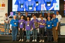 中大程式設計隊成員潘力行(前排左二)、何雁行(前排左三)、易維濱(前排右四)及教練陳兆安教授(前排右三),獲頒發第43屆「國際程式設計比賽」世界總決賽銅牌。