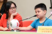 Gerrick (右)平均每天花三至四小时看电视和使用智能电话,妈妈曾太表示除了让儿子参加LAMP研究计划以防止近视增长,未来亦会尽量减少孩子使用电子产品的时间,以保护眼睛健康。