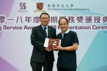 Mr. Ho Yuk-wing receives the 35-year long service award.