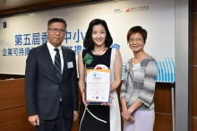 Prof. Kalok Chan, Dean of CUHK Business School and Wei Lun Professor of Finance (left) and Ms. Jane Lau, Program Director, Asia Communication and Marketing Council and China Corporate Responsibility and Sustainability Council of The Conference Board (right) presented a certificate of recognition to a representative from one of the top 10 HKSMEBSI SMEs.
